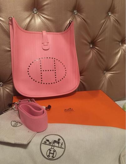 购于法国爱马仕总店、萌萌哒粉色小挎包!_我爱