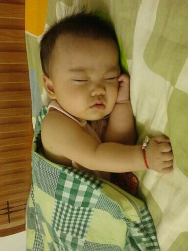 宝宝睡觉的姿势真可爱
