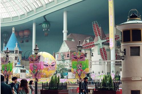 世界据说是世界上最大的室内游乐园,有四层楼高,室外还有一个魔幻岛