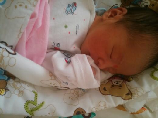 刚出生两天的可爱女宝宝
