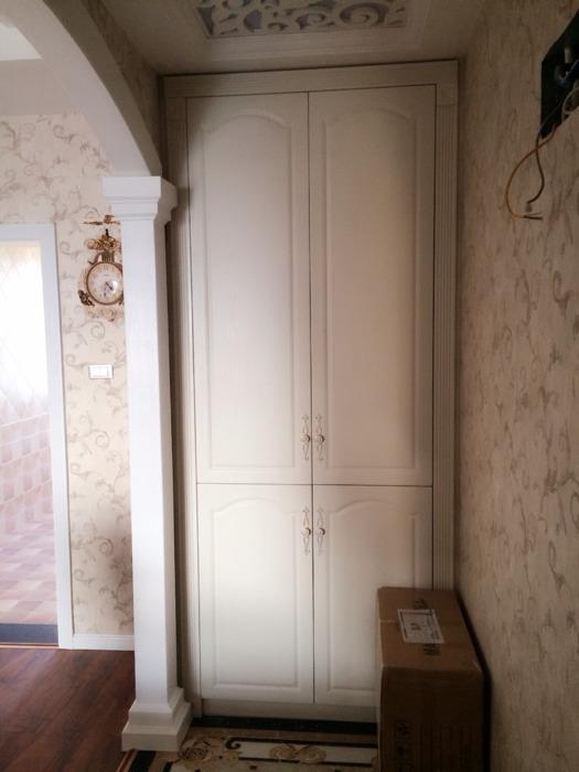 电视背景墙是雕花抛釉砖和石膏罗马柱