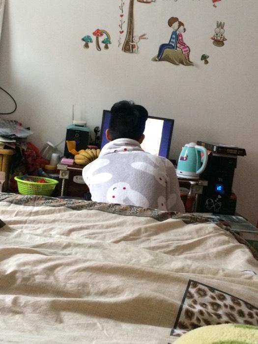 老公穿着我的睡衣在打游戏,好可爱