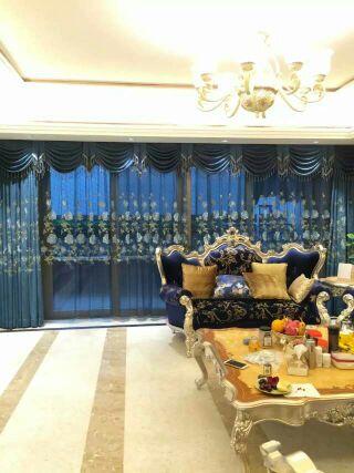 宝蓝色奢华窗帘,与沙发相映衬