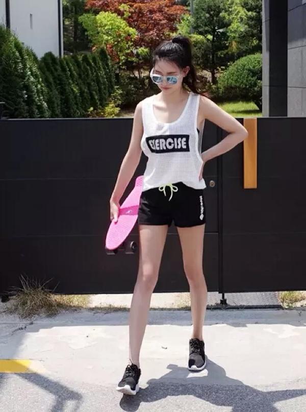 白色数字镂空背心黑色纯棉运动短裤耐克运动鞋