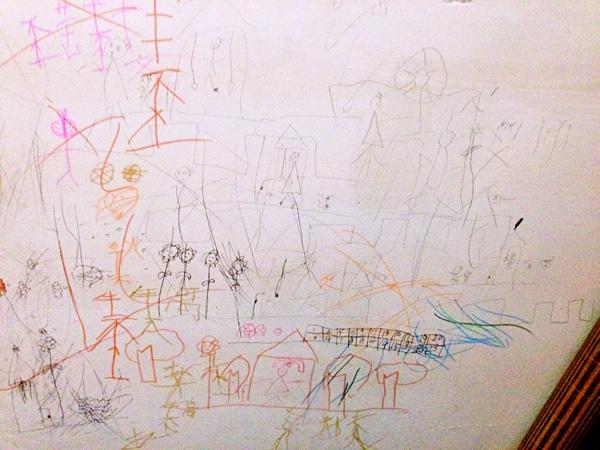 一学期又过去了,不得惊叹时间过的很快,那么总结女儿在学校画过的作品吧~ 我觉得爱画画的小盆友最可爱了,画人物简直就是跟我们小时候画的一模一样,几条线就组成了一个人,在我们眼里即使乱涂乱画也是最美哒,为此我决定好好收藏她画过的画画,将来一定很有意义~ 那么看看她的第一幅作品吧,风景画 在大自然里有可爱的小盆友,花花草草,还有大雁~  平安夜那天在学校画了苹果,回来还跟我说妈妈,妈妈,老师说平安夜要吃苹果哦~  这是什么鬼?自由画吗?你能看出她画的是什么吗?  这是一家人,她说这是爷爷奶奶,爸爸妈妈,弟