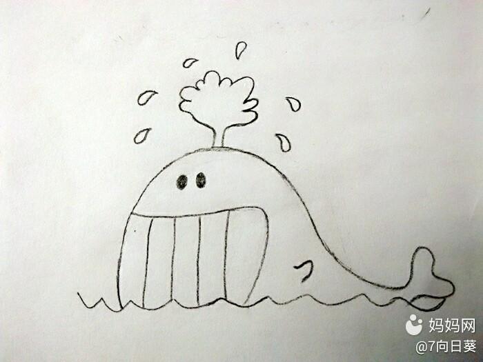 嘿嘿。。鲸鱼想你萌游过来啦。。。。哎呀。忘了拍波浪线。。。凑合看看哈。。  画一条长长滴波浪线。。。再一座小山在上边。。。。剪刀鲸鱼尾。。。帅到爆有木有  然后一排大牙。。。来笑一个吧!!!再热也得笑啊!!!明白不?  画上滑稽滴小眼睛。。。。和小翅膀。。。  天气太热,自己还可以随时随地滴给自个洗澡,比自带wifi更流弊啊!!(喷水,喷水)别忘了还有水花!  在海上飘啊飘,画上大波浪再画喜欢鸡蛋小岛,岛上长着椰树。。。树上挂着椰子。。。哎呀喂。我去,越说越渴!!!  画点白云。。。太阳就不要
