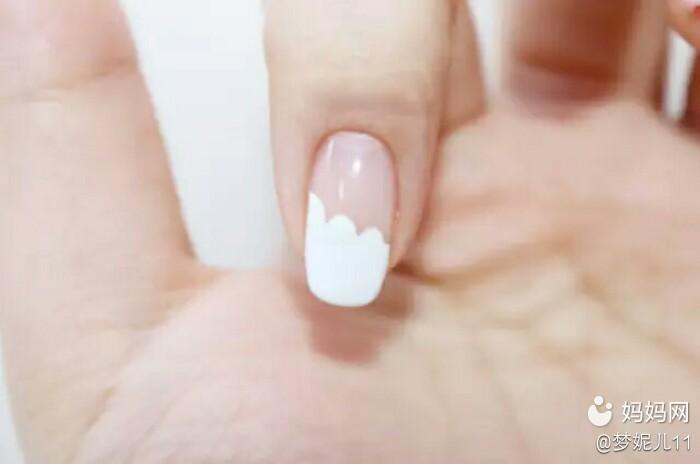 食指和小拇指上用白色指甲油画涂出波浪状的法式美甲