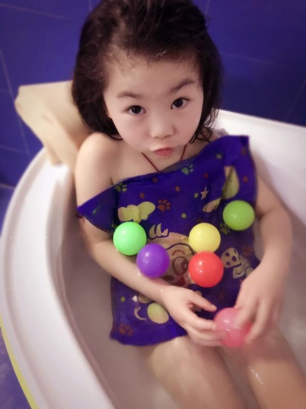 萌宝晒照 来一组小美女出浴照   上一组美女洗浴,浓眉大眼最后小丫头