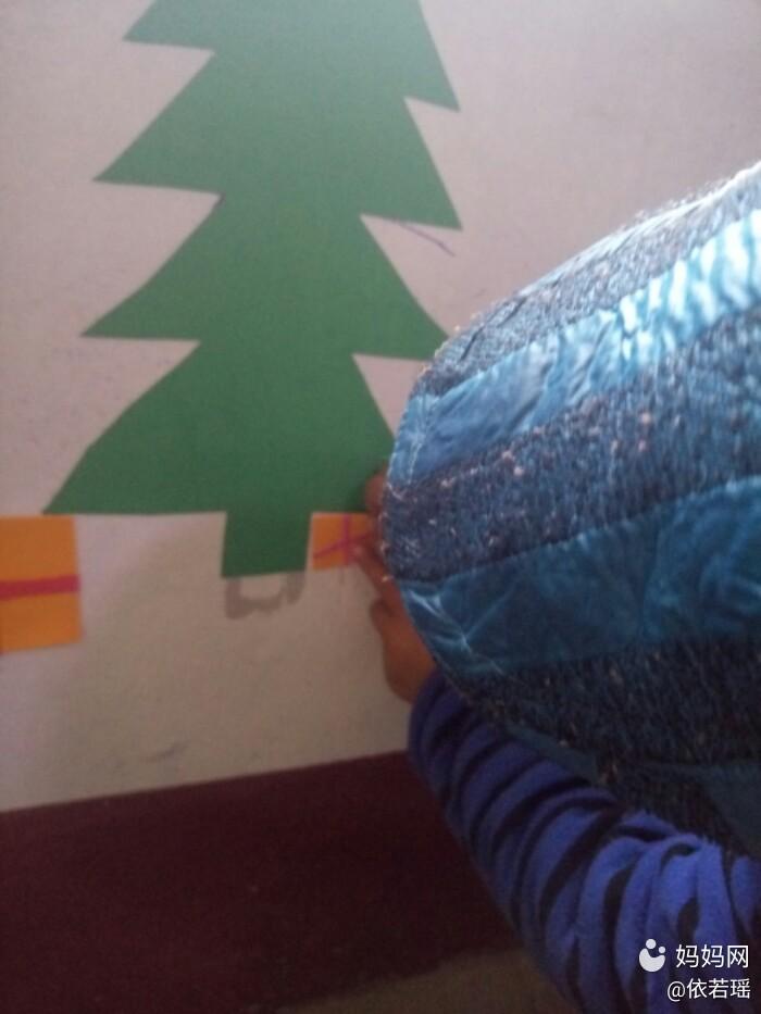在墙上贴一块海绵纸,圣诞节宝贝有了最棒的圣诞树