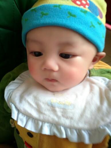 弟弟家的宝宝超可爱,希望我宝宝生出来长的和他一样可爱 接男宝咯