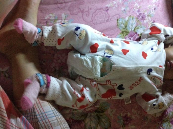 宝妈们来谈谈宝宝穿连体衣怎么换尿布的吧_谈